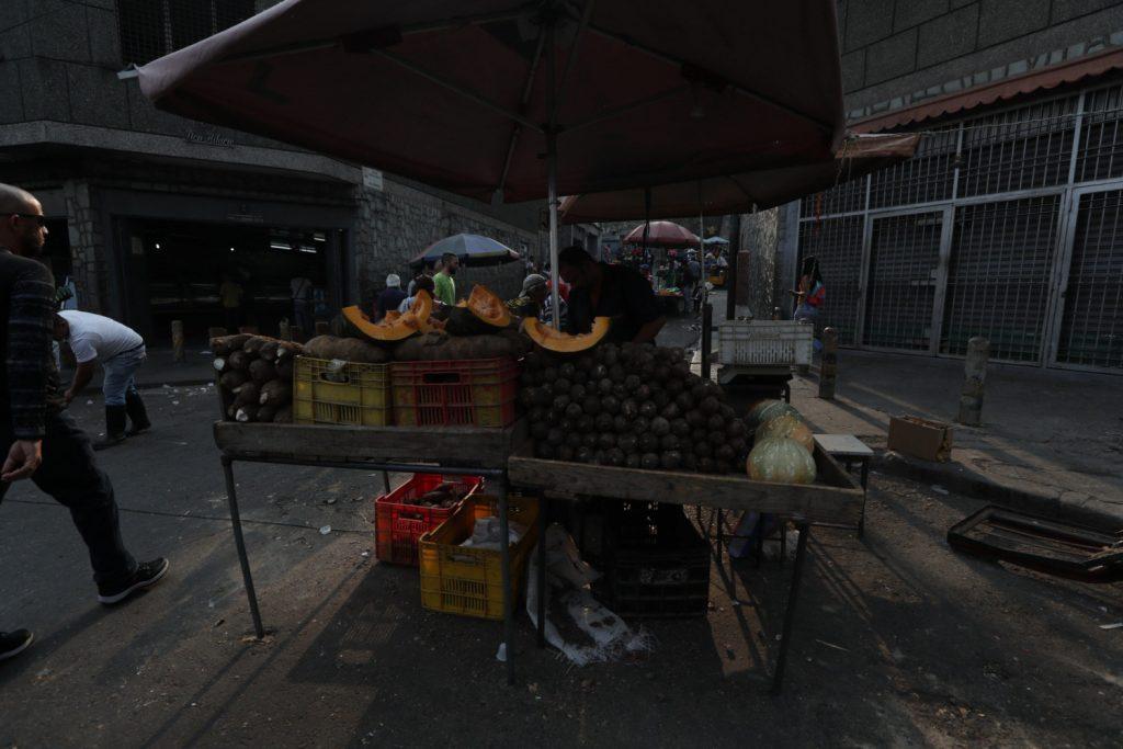 Imagem de uma banca de legumes ao amanhecer de sábado, 30 de março de 2019, em Caracas (Venezuela) (Rayner Peña/Agência EFE)