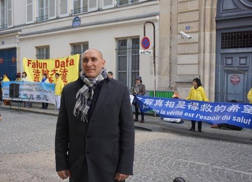 Dr. Harold King, membro dos Médicos Contra a Extração Forçada de Órgãos (DAFOH) na França, fala no comício (Minghui.org)