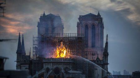 Pessoas afirmam ter visto figuras religiosas nas chamas de Notre Dame