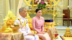 Ex-aeromoça e guarda-costas da realeza se torna rainha da Tailândia