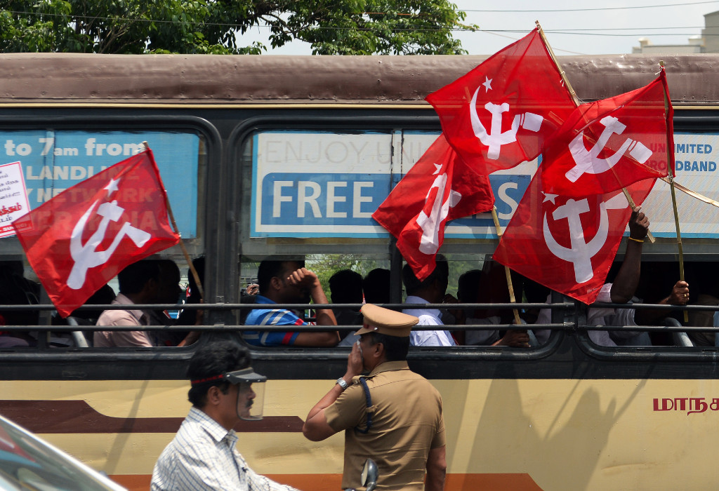 Bandeira do PC de Kerala, Índia, onde comunismo, ecologia e anticristianismo se sentem uma coisa só (ARUN SANKAR/AFP/Getty Images)