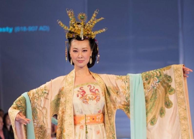 Vestido da imperatriz da dinastia Tang adornado com fênix (©Epoch Times | Dai Bing)
