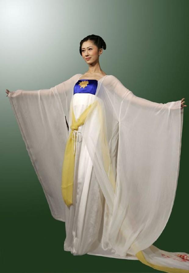 Vestido de corte baixo com cintura alta e saia, estilo Tang (©NTDTV)