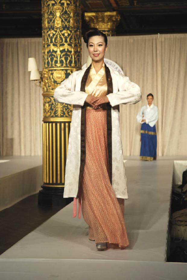 """Vestido estilo Song, o """"estilo Beizi"""", que consiste de uma jaqueta externa até os joelhos, um estilo comum usado por mulheres da dinastia Song (©NTDTV)"""