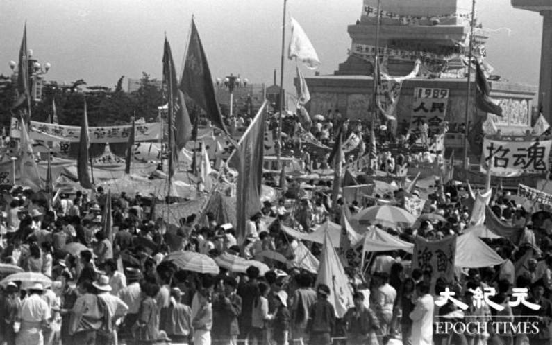 Manifestantes perto do Monumento aos Heróis do Povo na Praça Tiananmen em Pequim, China, em junho de 1989 (Fornecido por Liu Jian / Epoch Times)