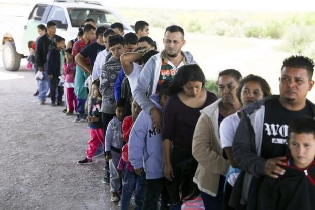 Patrulha da Fronteira captura estrangeiros ilegais que acabaram de cruzar do México para Rio Grande perto de McAllen, Texas, em 18 de abril de 2019 (Charlotte Cuthbertson / Epoch Times)