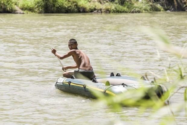 Contrabandista foge de barco de volta ao México depois de deixar uma mulher guatemalteca e sua filha no lado norte-americano do Rio Grande perto de McAllen, Texas, em 18 de abril de 2019 (Charlotte Cuthbertson / Epoch Times)