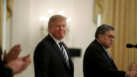 Trump autoriza William Barr a desclassificar documentos sobre espionagem na campanha presidencial