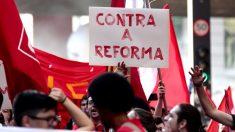 Manifestação contra a Previdência mobiliza 80 pessoas no Distrito Federal