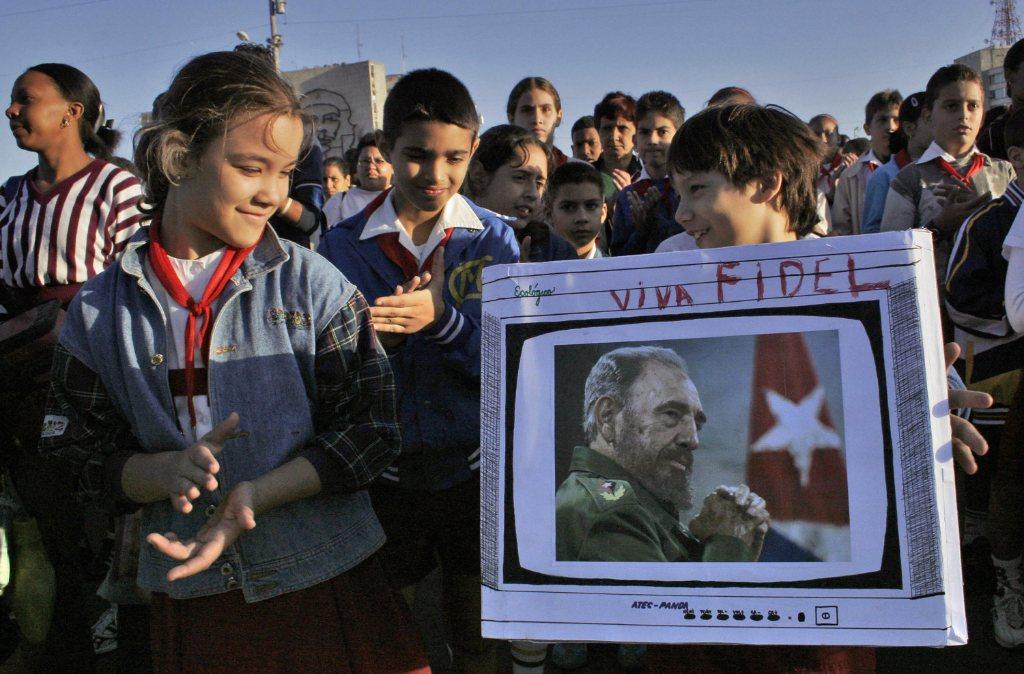 Grupo de pioneiros cubanos carregam imagem do presidente Fidel Castro em um desfile em 26 de janeiro de 2007 em Havana (ADALBERTO ROQUE / AFP / Getty Images)