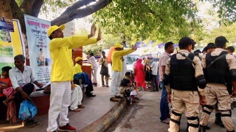 Índia: apresentando Falun Dafa aos peregrinos na árvore sagrada (Fotos)