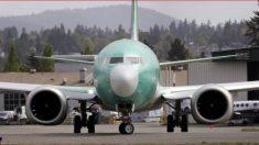 Homem sobe em asa de avião durante decolagem na Nigéria