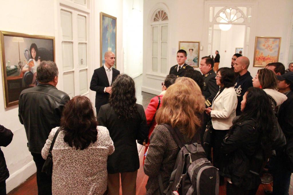 """Grupo percorre a exposição internacional """"A Arte da Verdade, Compaixão, Tolerância"""" em Lima, Peru, em 1º de julho de 2019 (Associação do Falun Dafa do Peru)"""