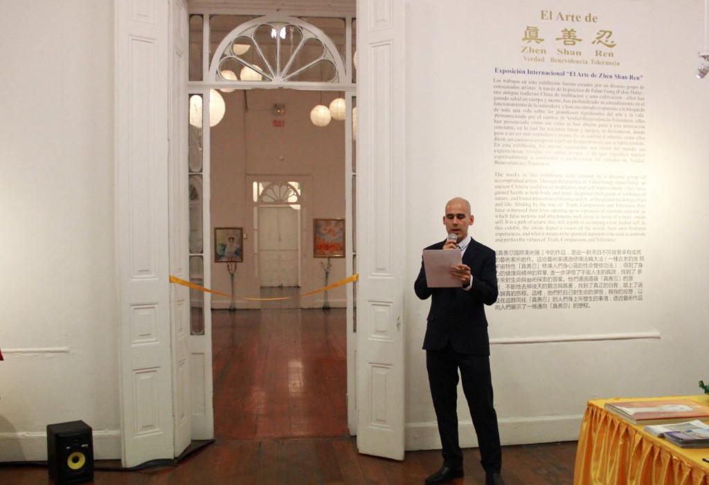 """Francisco Vilela Henrici, representante da Associação do Falun Dafa, fazendo um discurso durante a abertura da exposição internacional """"A Arte da Verdade, Compaixão, Tolerância"""" em Lima, Peru, em 1º de julho de 2019 (Associação Peruana do Falun Dafa)"""