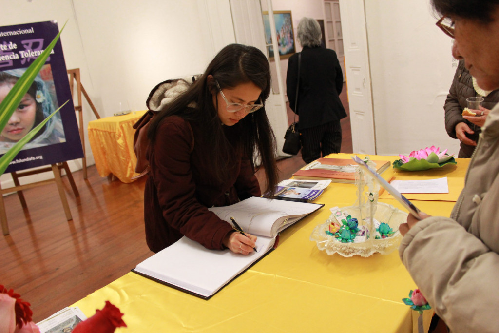 """Visitante deixa comentários depois de ver a exposição internacional """"A Arte da Verdade, Compaixão, Tolerância"""" em Lima, Peru, em 1º de julho de 2019 (Associação do Falun Dafa do Peru)"""
