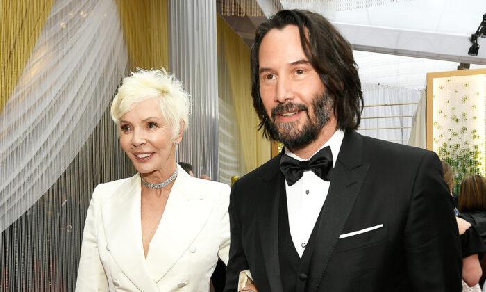 Keanu Reeves e sua mãe Patricia Taylor, em elegante terno branco, andam no tapete vermelho do Oscar 2020