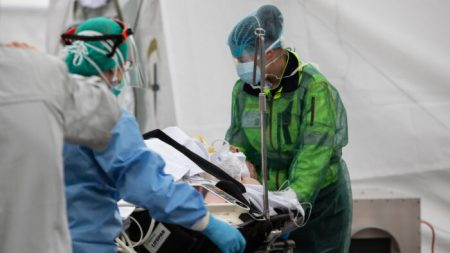 Hospitais de Nova Iorque estão oferecendo enormes quantidades de vitamina C aos pacientes com coronavírus