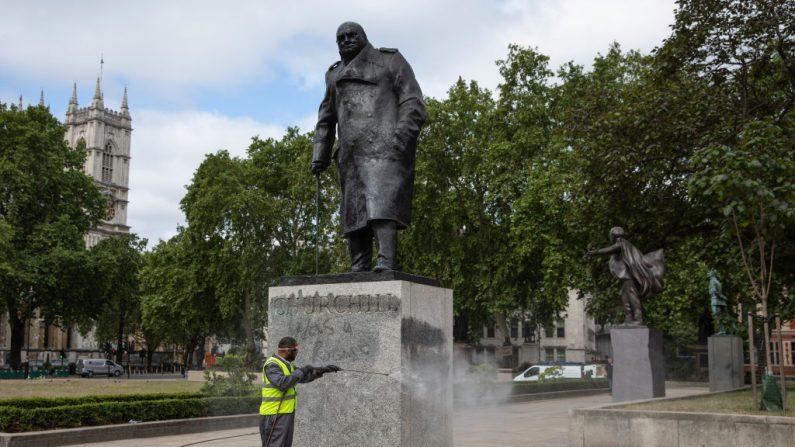 Boris Johnson critica ataques de manifestantes contra estátua de Churchill