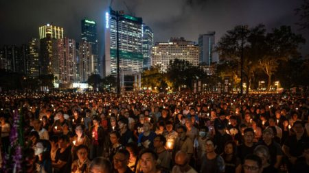 Autonomia de Hong Kong sob escrutínio após vigília anual pelo massacre da Praça da Paz Celestial ser cancelada