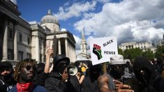 Manifestantes e polícia entram em confronto durante protestos em Londres
