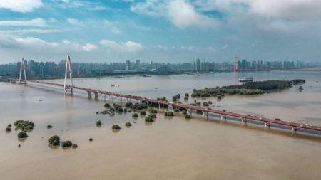 China: deslizamentos de terra destroem centenas de casas, temem-se muitas mortes