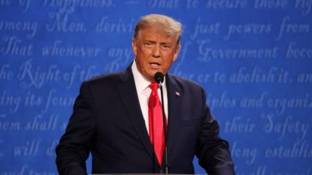 """""""Você não pode fechar nossa nação ou não terá uma nação"""", diz Trump durante debate"""