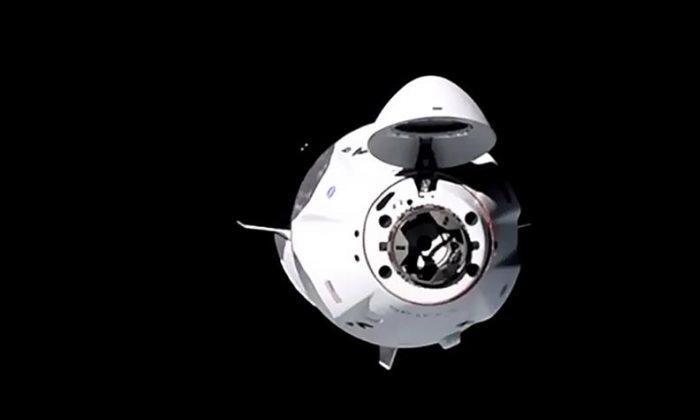 Cápsula SpaceX acopla com sucesso na Estação Espacial Internacional