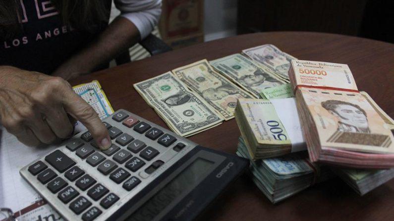 Moeda venezuelana se desvaloriza 14,75% em relação ao dólar em uma semana