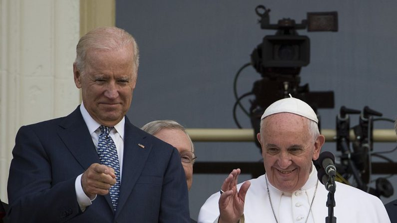 Vaticano confirma: papa parabenizou Joe Biden