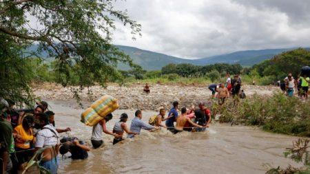 Fechamento da fronteira leva venezuelanos a fugir por trilhas ou por mar, afirma OAS