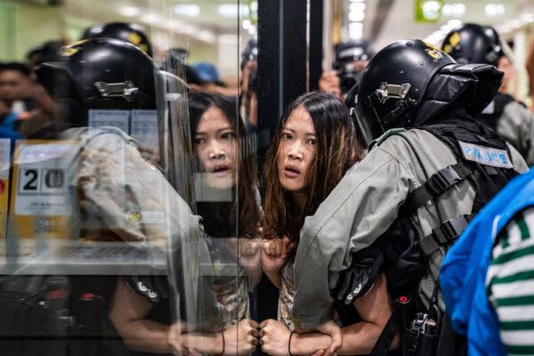 Uma residente é detido pela polícia de choque durante uma manifestação em Hong Kong, em 3 de novembro de 2019 (Anthony Kwan / Getty Images)