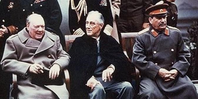 Da esquerda para a direita: o primeiro-ministro britânico Winston Churchill, o presidente dos EUA Franklin Roosevelt e o ditador soviético Joseph Stalin na Conferência de Yalta em 1945. (Domínio público)