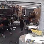 Invasores com martelos atacam impressão do Epoch Times em Hong Kong