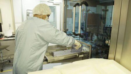 Bolsonaro diz que Fiocruz entrega 18 milhões de vacinas em abril