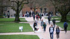 Estudantes universitários suspensos por não usarem máscaras ao ar livre, fora do campus