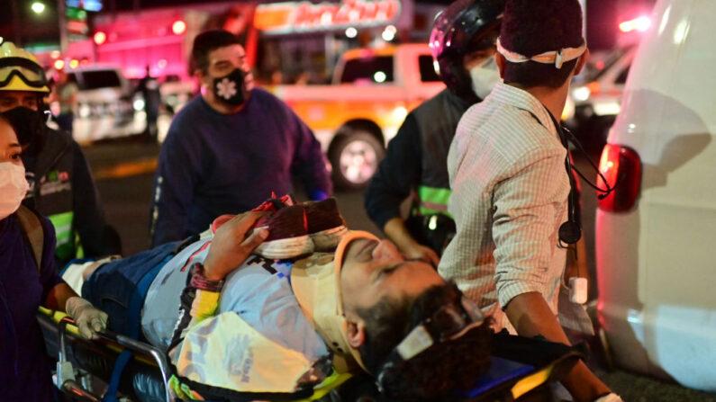 Encontro emocionante de mãe e filho sobrevivente do colapso do metrô da Cidade do México