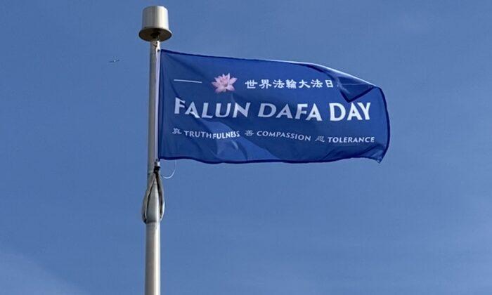 Cidades canadenses erguem bandeiras para comemorar o 'Dia Mundial do Falun Dafa'