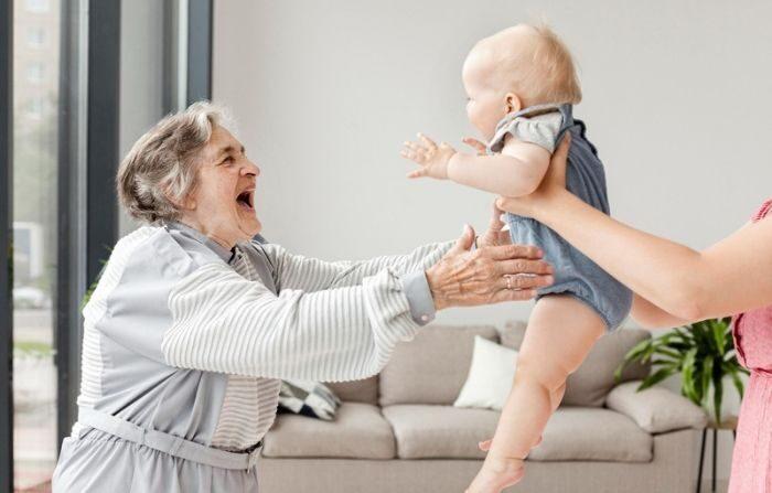 Idosa de 78 anos é mãe adotiva de bebês há 34 anos: já são 81!