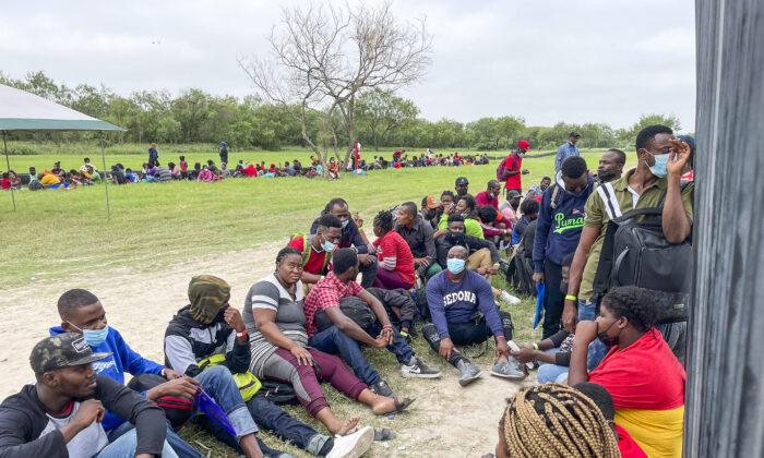 EUA libera imigrantes ilegais com teste positivo para COVID-19, afirma polícia do Texas