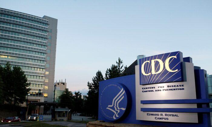 Aumento nos relatos de óbito após a vacinação COVID-19 foi causada por um erro, diz CDC