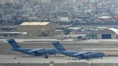 Último avião militar dos EUA deixa o Afeganistão, terminando guerra de 20 anos, afirma General