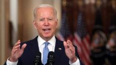 Biden defende o fim da missão no Afeganistão enquanto centenas de americanos ficam para trás