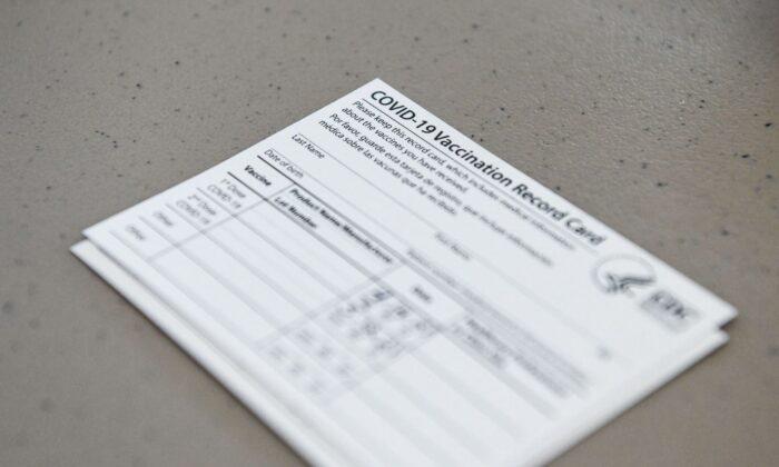 Patrulha da Fronteira dos EUA apreende 1.683 cartões de vacinação COVID falsos vindos da China