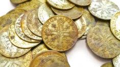 Artesãos franceses descobrem 239 moedas de ouro pré-revolução nas paredes de mansão