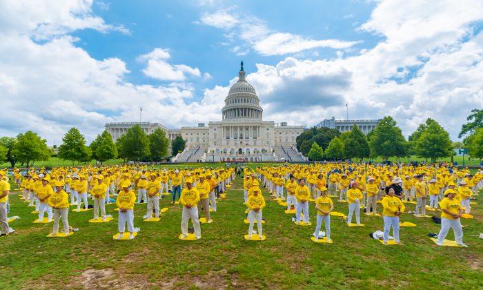 Praticantes do Falun Dafa realizam seus exercícios em uma cerimônia comemorativa do 20º aniversário da perseguição ao Falun Dafa na China, no jardim oeste do Capitólio, em 18 de julho de 2019. (Mark Zhou / The Epoch Times)