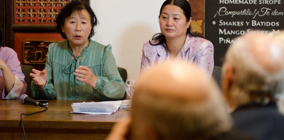 """Yu Zhenjie (à esquerda) e Dong Yuhua (à direita) na conferência: """"Um mal nunca visto antes neste planeta"""", Bao Kitchen, Buenos Aires, Argentina, em 14 de dezembro de 2016. (Antonella Marty)"""