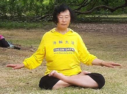 Yu Zhenjie praticando meditação, o quinto exercício do Falun Dafa. Se ele não pode andar devido a tortura, ele agora pode meditar, cruzando as pernas duas vezes sem problema (La Gran Epoca)