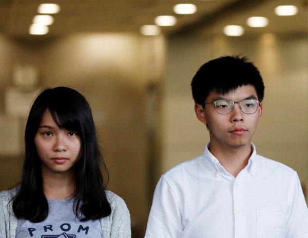 Os ativistas pró-democracia Joshua Wong e Agnes Chow deixam a Corte Oriental após serem libertados sob fiança em Hong Kong, em 30 de agosto de 2019 (Anushree Fadnavis / Reuters)