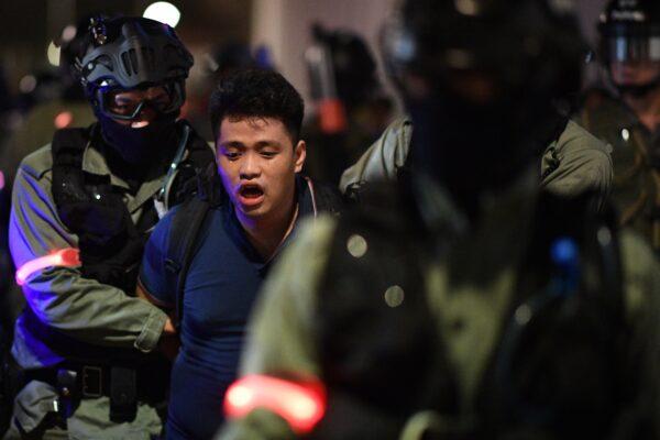A polícia deteve um manifestante durante uma manifestação em Hong Kong em 14 de outubro de 2019 (Mohd RASFAN / AFP via Getty Images)