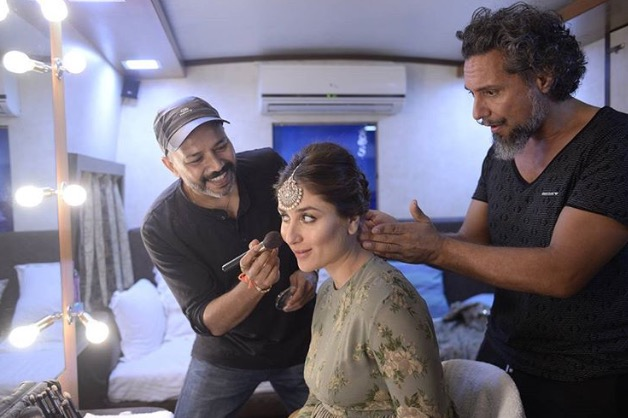 Gabriel Georgiou (à direita) fazendo um penteado para a superstar de Bollywood Kareena Kapoor (Twitter)